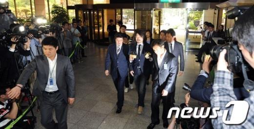 [사진]서울지방경찰청 들어서는 '나꼼수' 김어준