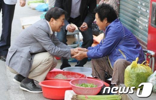[사진]광주 재래시장 방문한 이재오 의원