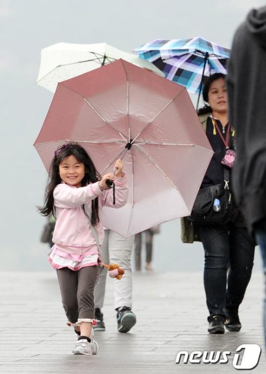 [사진]봄비가 반가운 어린이