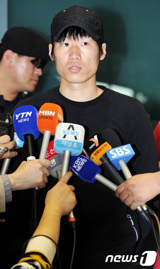 [사진]취재진 질문에 답하는 박지성 선수