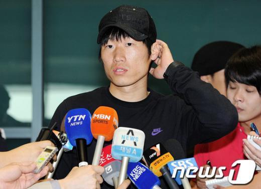 [사진]머리 만지며 답하는 박지성 선수