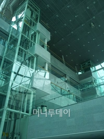 ↑제2 의원회관 내 통유리 엘리베이터