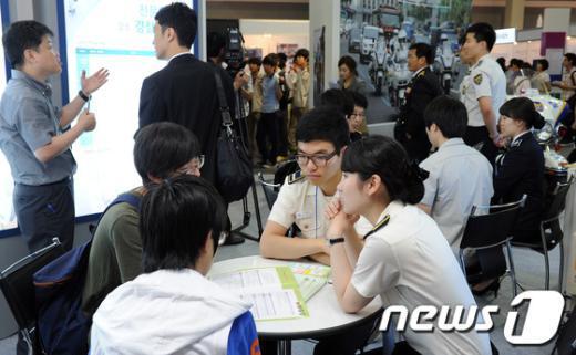 [사진]'공직박람회' 상담 받는 학생들