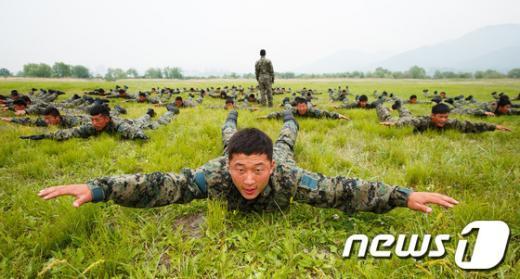 [사진]강하 자세 연습하는 특전사들