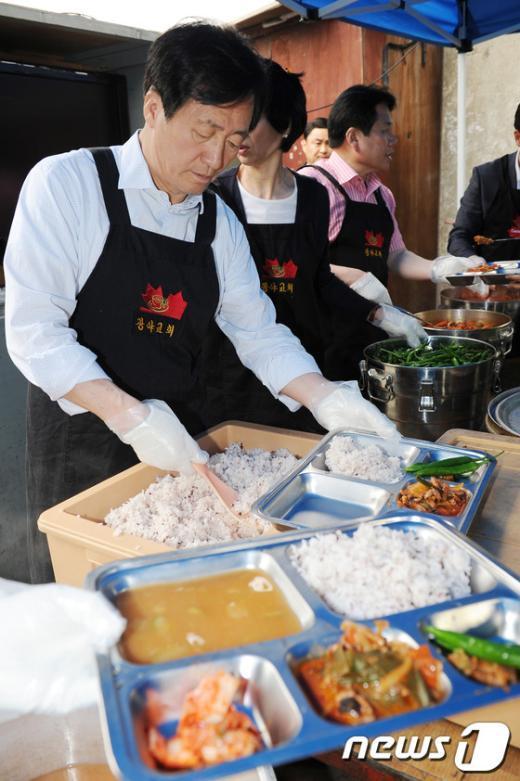 [사진]무료급식 봉사하는 정몽준 의원