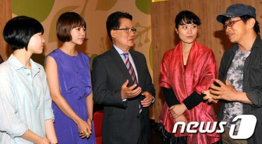 [사진]영화 '코리아' 출연진 만난 박지원 비대위원장