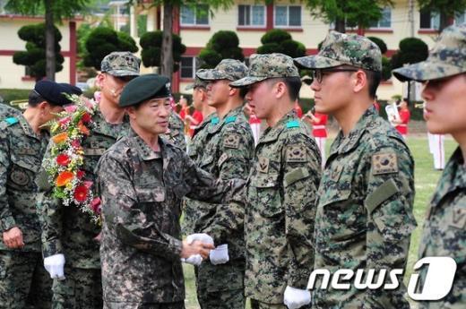 [사진]오쉬노부대 5진 격려하는 김상기 육참총장