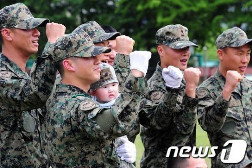 [사진]늠름한 군인과 귀여운 아기