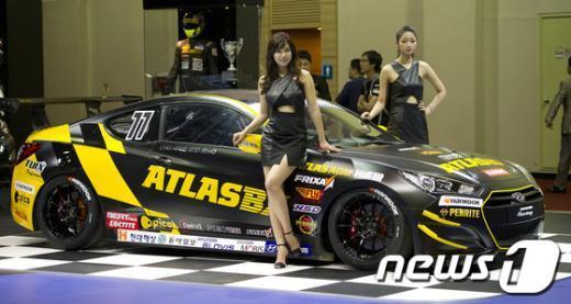 24일 오전 부산 벡스코에서 열린 2012 부산국제모터쇼(BIMOS) 미디어 데이서 현대자동차가 제네시스 쿠페 레이싱 모델을 선보이고 있다. 2012.5.24/뉴스1  News1   이명근 기자