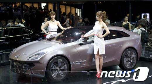 24일 오전 부산 벡스코에서 열린 2012 부산국제모터쇼(BIMOS) 미디어 데이서 현대자동차사가 컨셉트카 '아이오닉(HED-8)'를 선보이고 있다. 2012.5.24/뉴스1  News1   이명근 기자