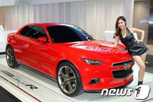 산 모터쇼 쉐보레 부스에 전시된 쉐보레 콘셉트카 코드 130R과 모델(한국지엠 창원공장 제공) News1   남경문 기자