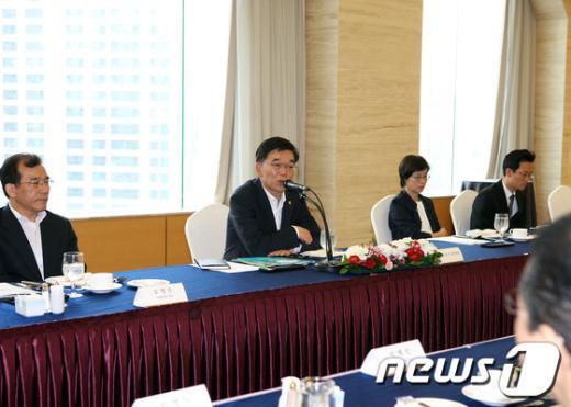 강호인 조달청장<사진 왼쪽에서 두번째>은 24일 오전 11시 서울 팔래스호텔에서 '벤처기업인들과 간담회'를 가졌다. News1