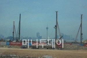 광둥성 주하이시의 헝친신기술개발구 건설현장. 멀리 보이는 탑은 마카오의 상징인 마카오탑이다.