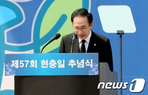 [사진]인사하는 이명박 대통령