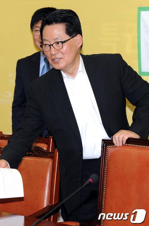 [사진]자리에 앉는 박지원 위원장