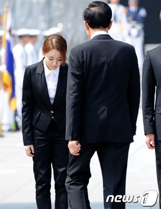 [사진]李대통령에게 인사하는 가수 윤하