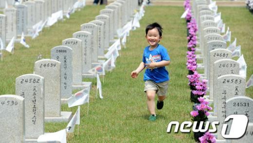 [사진]해맑은 어린이 참배객