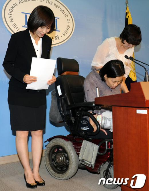 [사진]인사하는 통합진보당 김재연-조윤숙-황선
