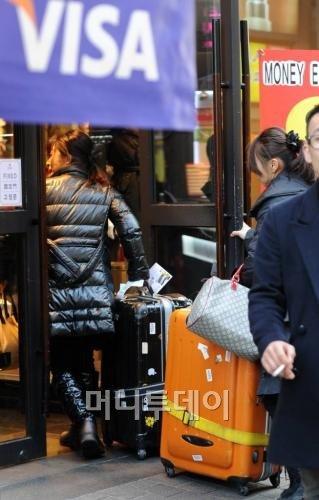 ↑ⓒ뉴스원 허경 기자=지난 1월 춘절 연휴 때 서울 명동을 찾은 중국 관광객의 모습.