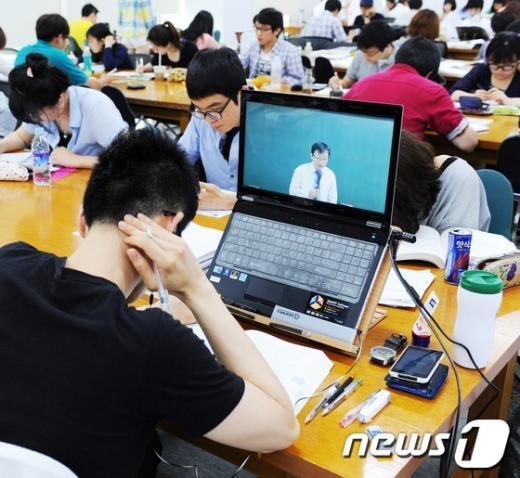 [사진]현충일에도 붐비는 대학 도서관