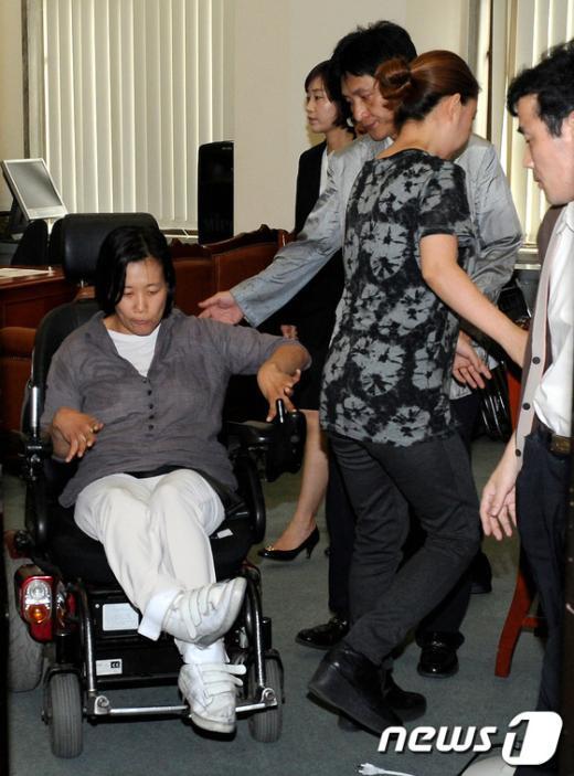 [사진]소명 마친 김재연 의원과 조윤숙 후보