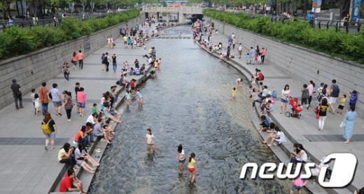 [사진]더위 식히는 시민들