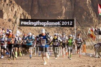↑김지산 기자(가운데 파란색 상의)가 출발선을 통과해 사막으로 달려나가고 있다.(사진제공: Racing The Planet)