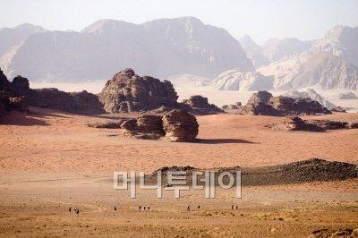 ↑와디럼 사막의 장엄한 모습. 바위산들이 병풍처럼 펼쳐져 있다.