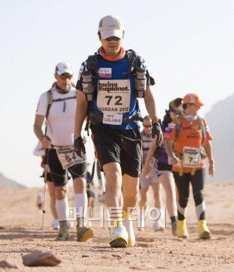 ↑김지산 기자. 모래지대를 빠른 걸음으로 지나고 있다.(사진제공: Racing The Planet)
