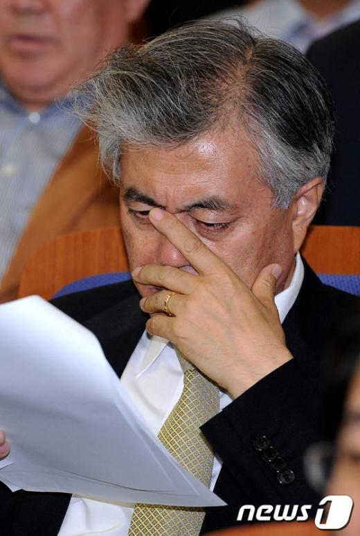 [사진]자료 검토하는 문재인 상임고문