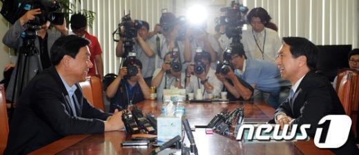 [사진]웃으며 대화하는 양당 원내수석부대표