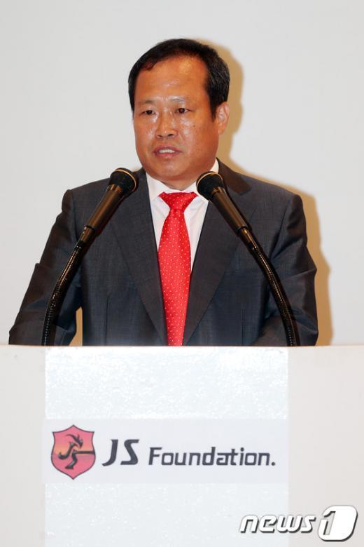 [사진]장학금 전달식 인사말 전하는 박지성 父