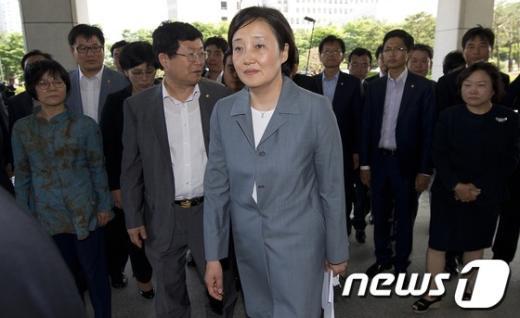 [사진]대검찰청 항의 방문 들어서는 박영선 의원