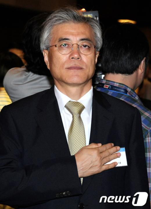[사진]국민의례 하는 문재인 상임고문