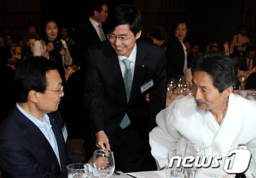 [사진]이해찬 대표와 인사 나누는 조경태 의원