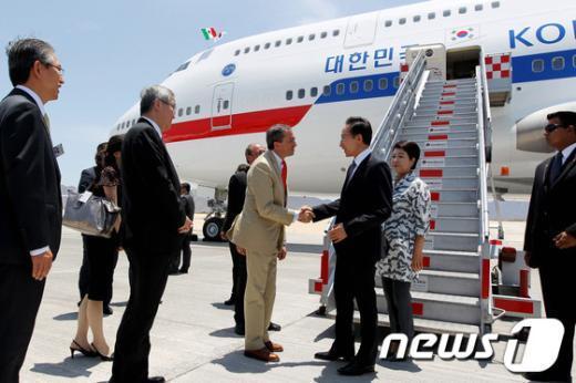[사진]멕시코 로스카보스 도착한 이 대통령