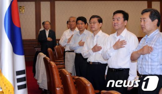 [사진]국민의례하는 김황식 국무총리