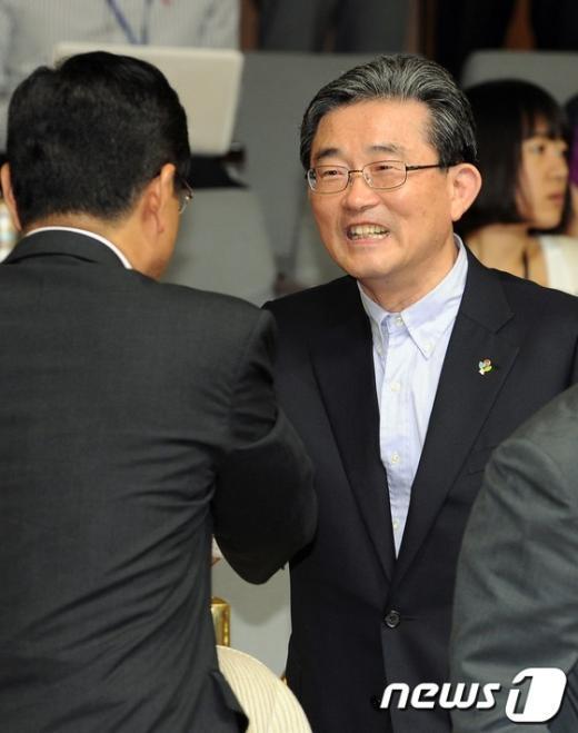 [사진]인사나누는 이한구 원내대표