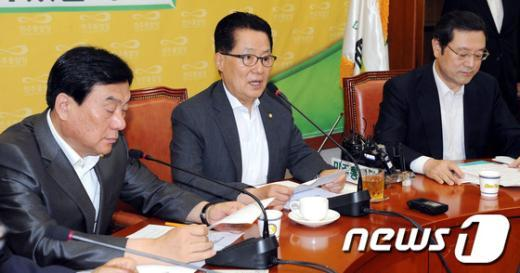 [사진]원내대책회의 모두발언하는 박지원