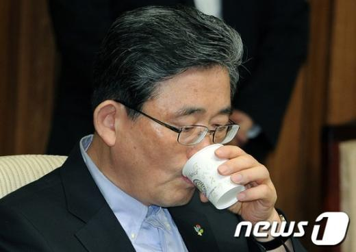[사진]물 마시는 이한구 원내대표