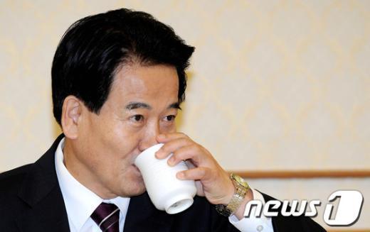[사진]물 마시는 정동영 상임고문