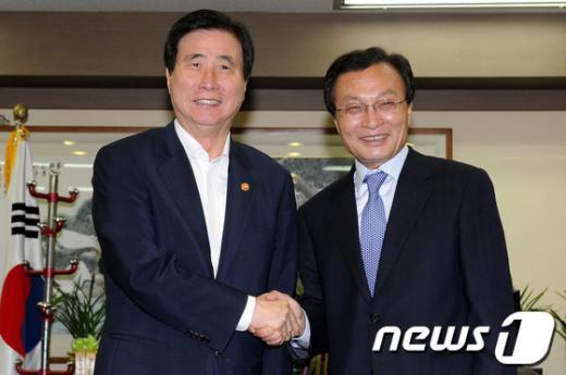 [사진]악수하는 이해찬 대표와 고흥길 특임장관