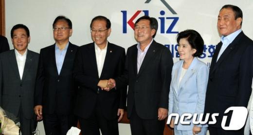 [사진]중소기업 대표들과 기념촬영하는 황우여 대표