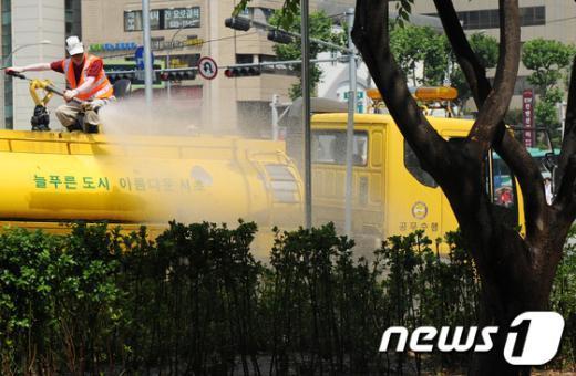 [사진]서초구, '가로수 살리기 위해 급수작업'