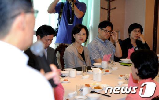 [사진]원내대표 인사말 듣는 의원들