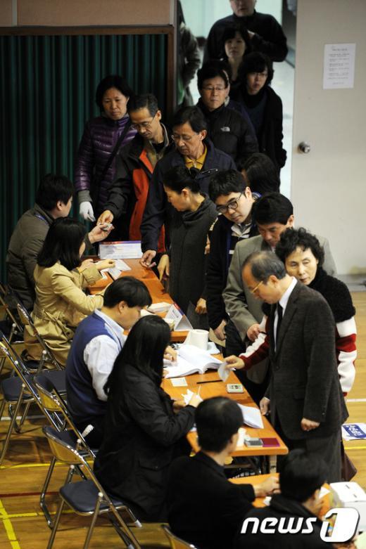 제19대 국회의원 선거날인 지난 4월 11일 오전 서울 마포구 상암동 상암중학교에 마련된 제4투표소에서 유권자들이 투표하고 있다.2012.4.11/뉴스1  News1 이광호 기자