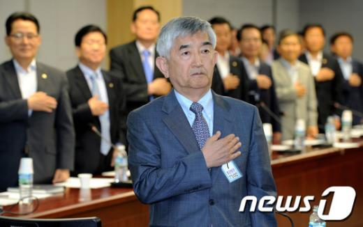 [사진]국민의례하는 최장집 교수