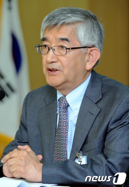 [사진]민주당 정부를 향한 진보 노선에 대해 강연하는 최장집 교수