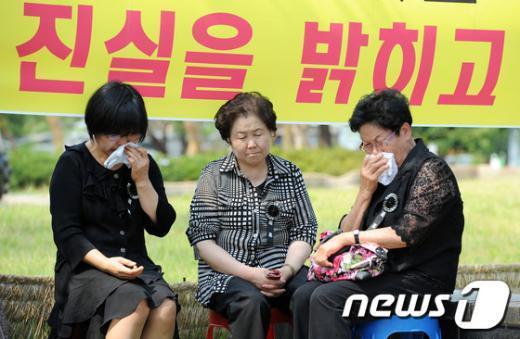[사진]눈물 흘리는 530GP사건 유가족들
