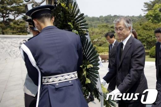 [사진]헌화하는 문재인 의원